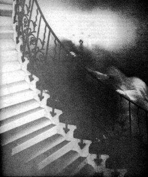 階段にもたれかかる白い影
