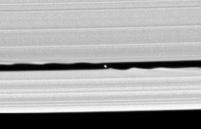 土星の輪の間に閉じ込められた衛星がある