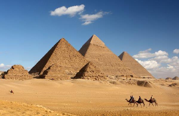 ラクダとピラミッド