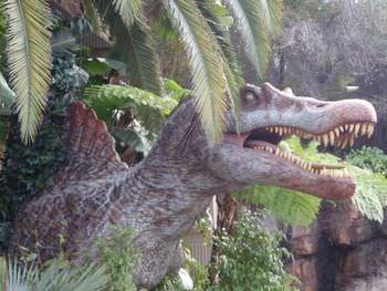 スピノサウルスは四足歩行だった?