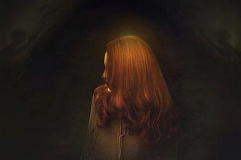 魔女は髪が赤い